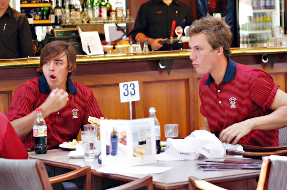 Rickie Fowler ja Jamie Lovemark nauttivat palauttavaa hampurilaisateriaa Australian MM-kisoissa 2008. Kumpikin on ollut amatöörien maailmanlistan ykkönen.