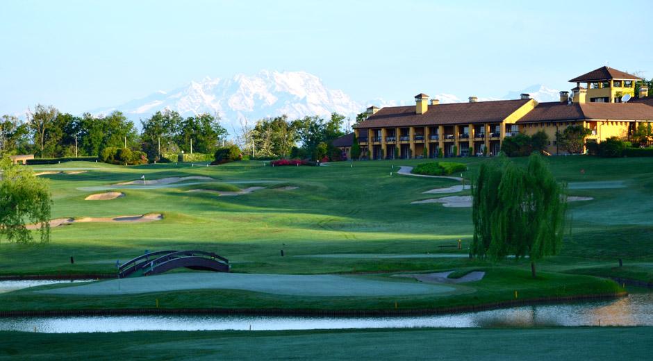 Castelconturbian kenttä on Robert Trent Jones suunnittelema. Golfhotellikin löytyy.