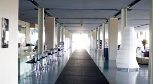 Oitavosin hotelli edustaa modernia puhdaslinjaista arkkitehtuuria.