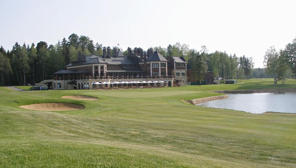 Klubitalojen luonne heijastelee venäläisen golfin vahvaa bisnesleimaa.