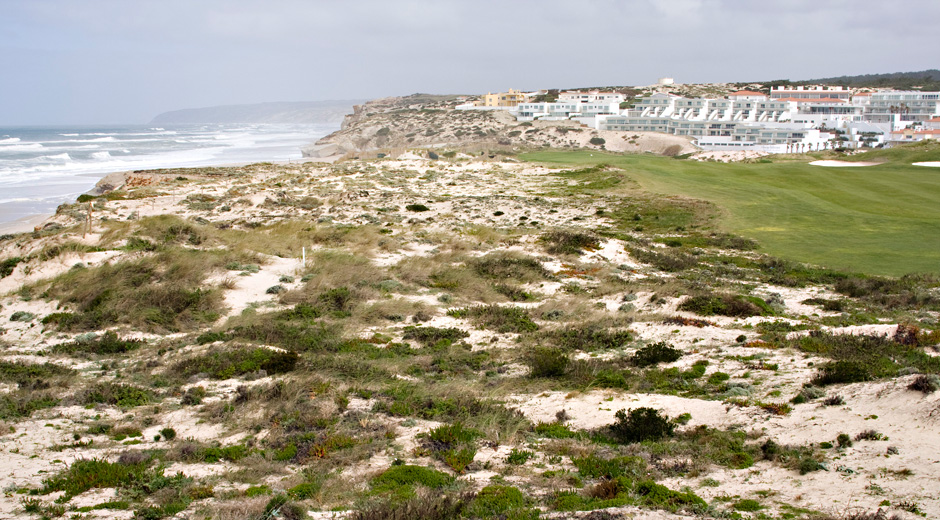 Praia D'el Reyn komeimmat väylät tulevat links-henkisesti rannan tuntumaan.